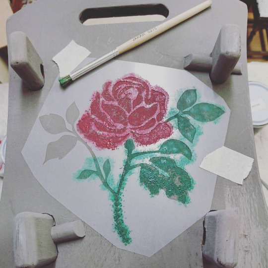 rose-stencil-vintro-chalk-paint